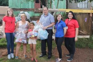 Na foto, os representantes da Codepas e da Associação de Funcionários Codepas, entregam os presentes para Natália e sua irmã Amanda <3